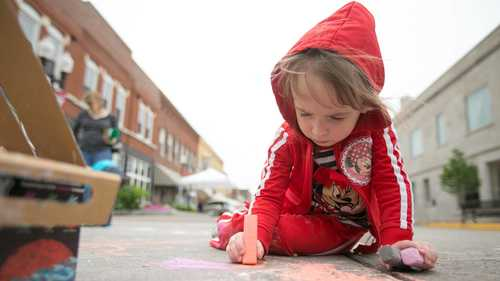Crowds come out for Jackson in Bloom despite soggy forecast